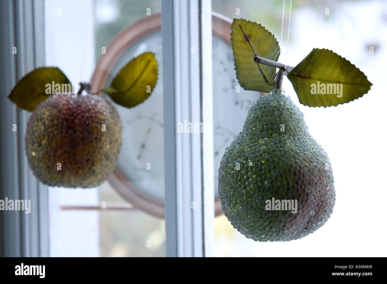 Kristall-Obst-Weihnachts-Dekoration hängen im Fenster Stockbild