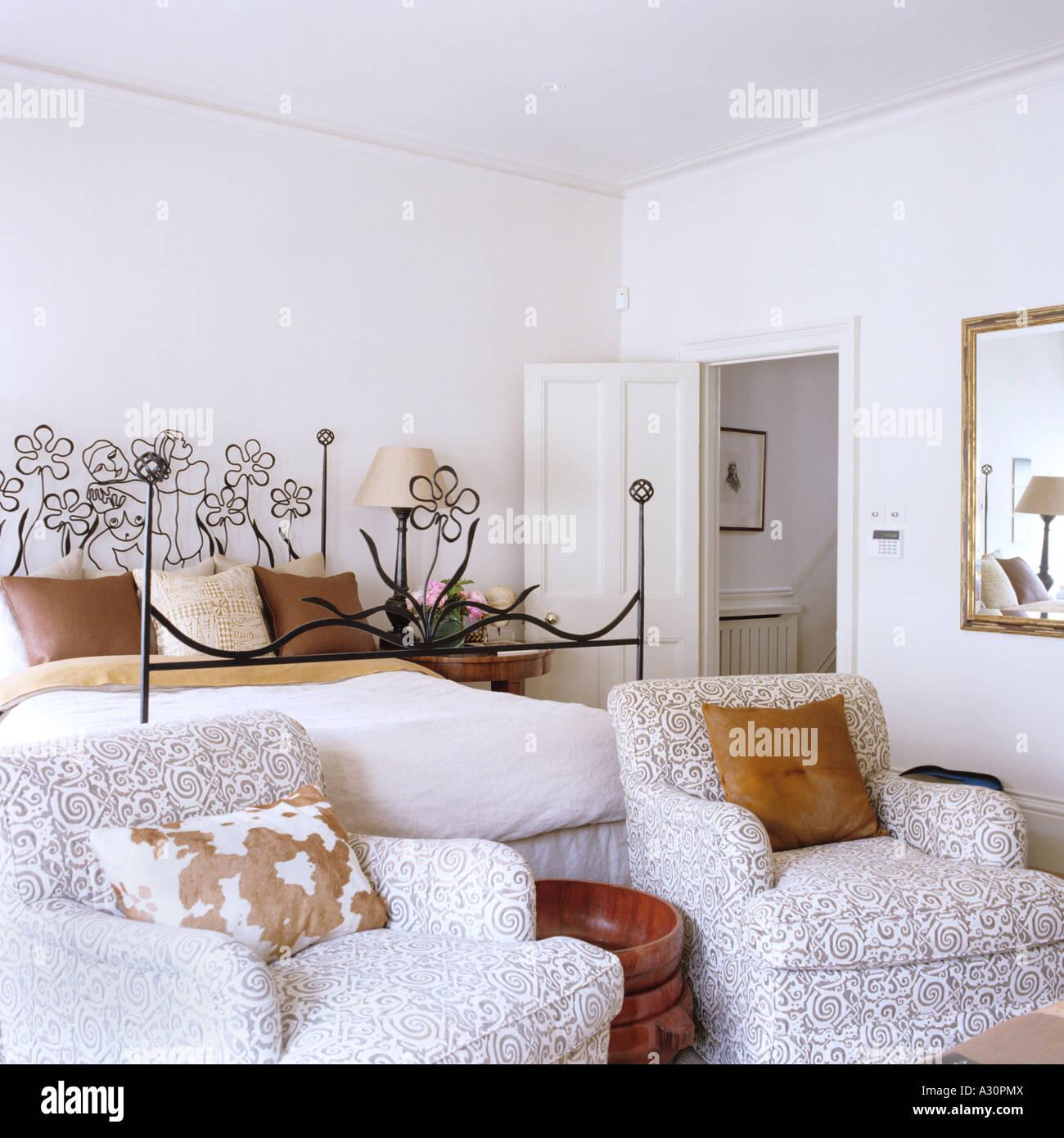 Passend gemusterten Sessel im Schlafzimmer mit reich ...