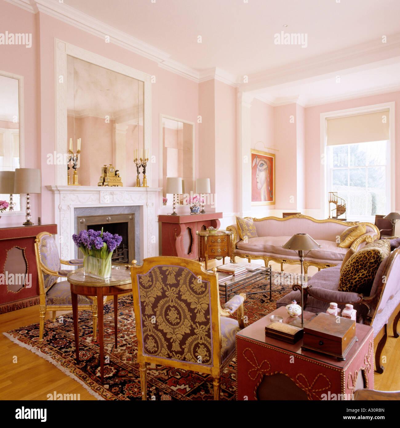 blick auf ein rosa wohnzimmer in einem englischen landhaus
