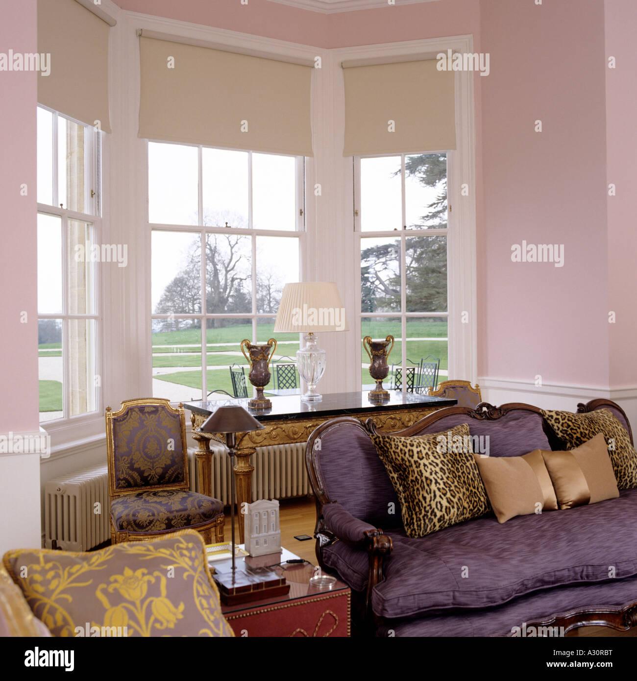 Erker In Rosa Wohnzimmer Mit Antikem Sofa