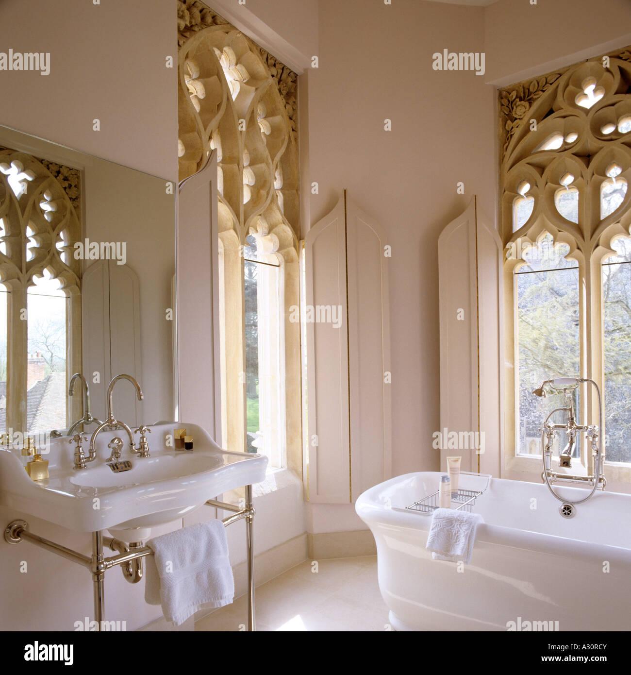 Badezimmer Mit Großen Gotischen Fenstern Im Pfarrhaus Aus Dem 18.  Jahrhundert
