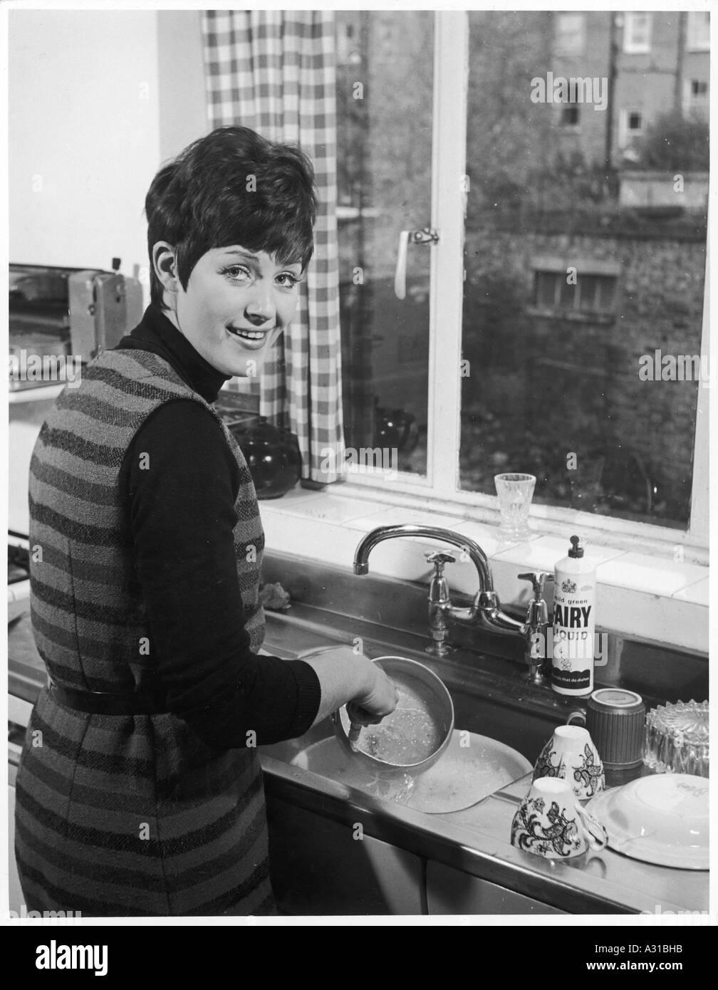 Frau Abwaschen der 1960er Jahre Stockfoto