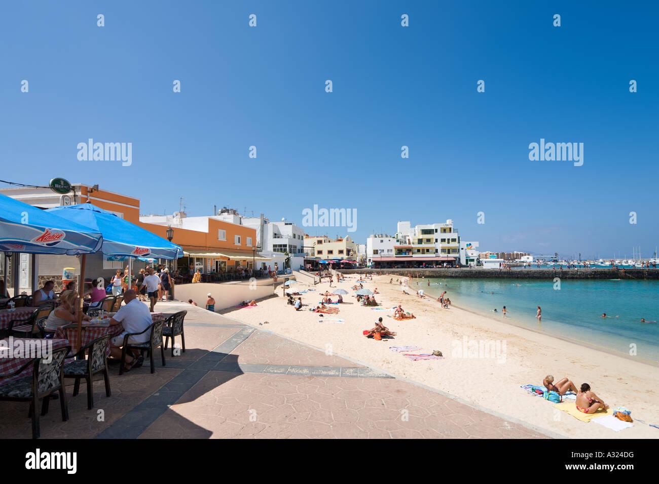 Strand, Promenade und Café im Resort im Zentrum, Corralejo, Fuerteventura, Kanarische Inseln, Spanien Stockbild