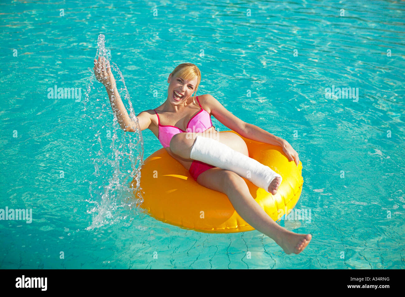 Frau mit gipsbein auf gummireifen im pool frau mit bein for Pool aus gummi