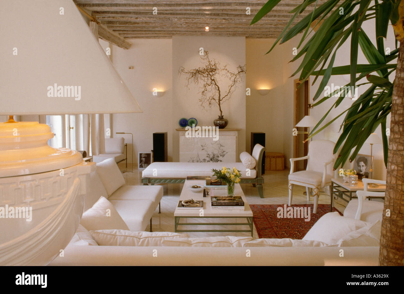 brennenden lampen und wei e m bel im modernen wei en gartenhaus stockfoto bild 10682005 alamy. Black Bedroom Furniture Sets. Home Design Ideas