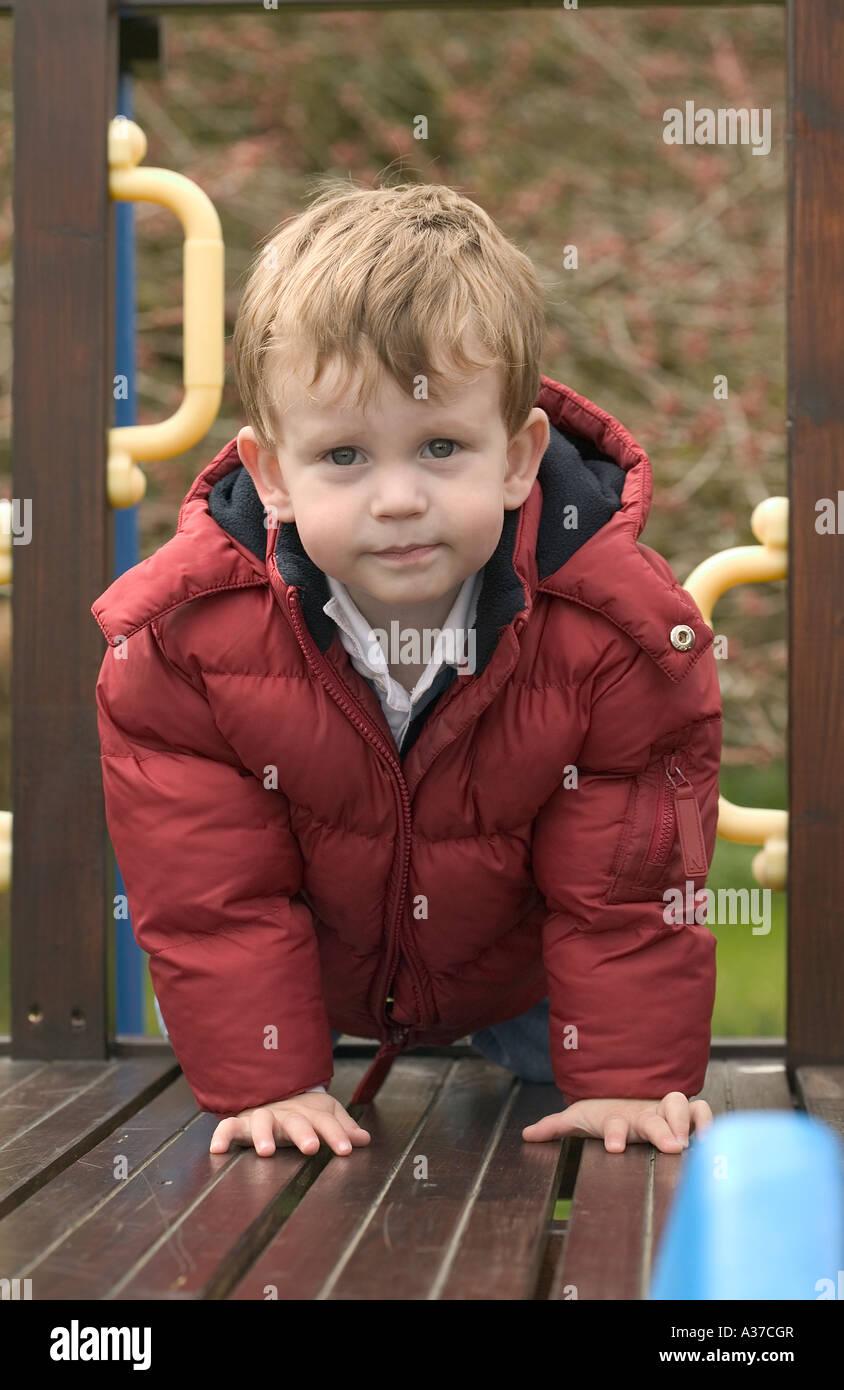 Ein kleiner Junge auf einem Garten Klettergerüst Stockfoto, Bild ...