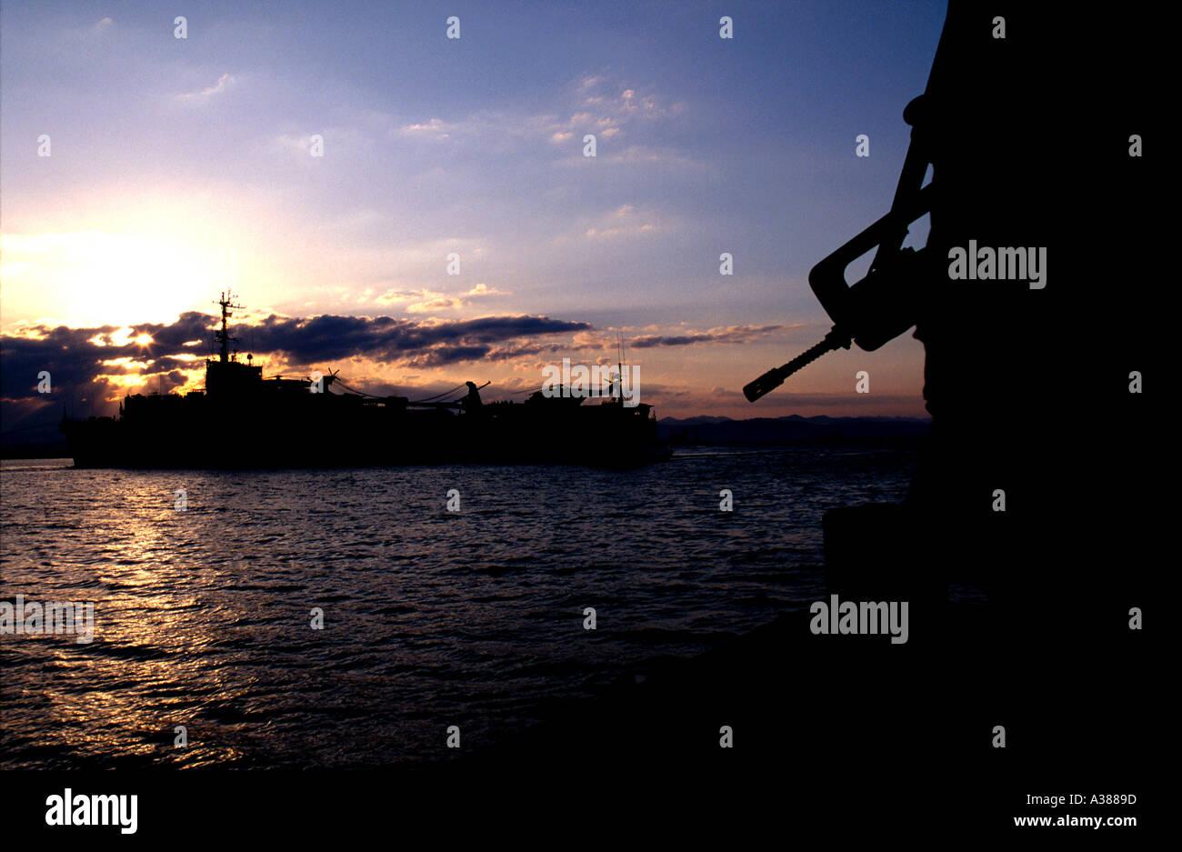 Silhouette eines UN-Pistole und Kriegsschiff Zwang Albaniens Stockbild