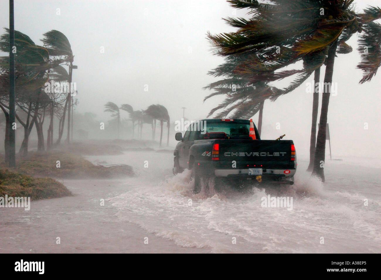 Pickup-Truck Straßenfahrt während Hurrikan Stockbild