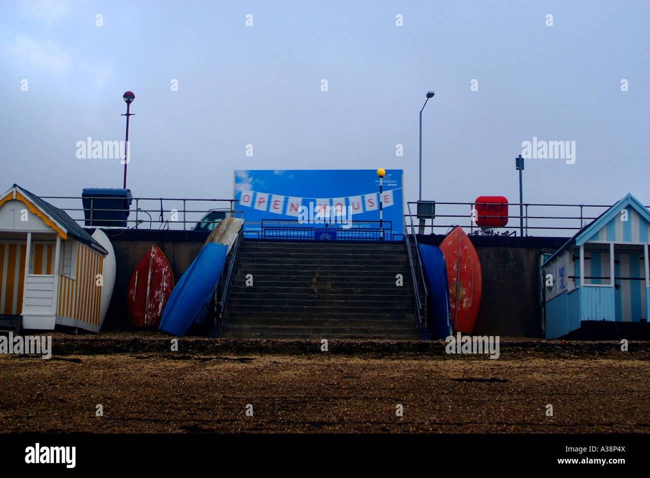Fährt ein Fahrzeug mit einem großen Plakat auf der Rückseite an einer Strandpromenade mit der Botschaft Stockbild
