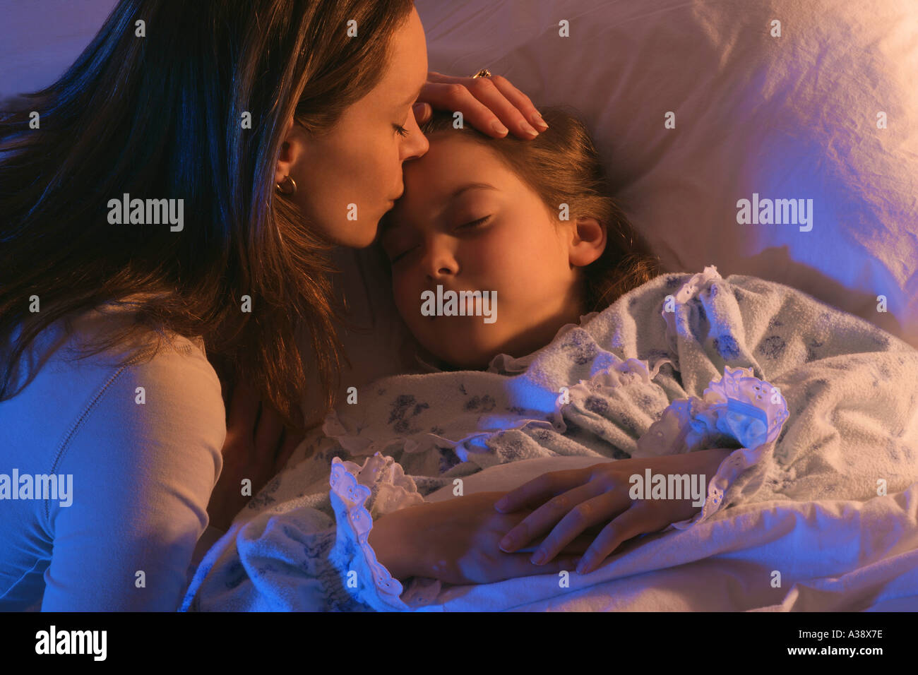 Mutter mit schlafenden Tochter Stockbild