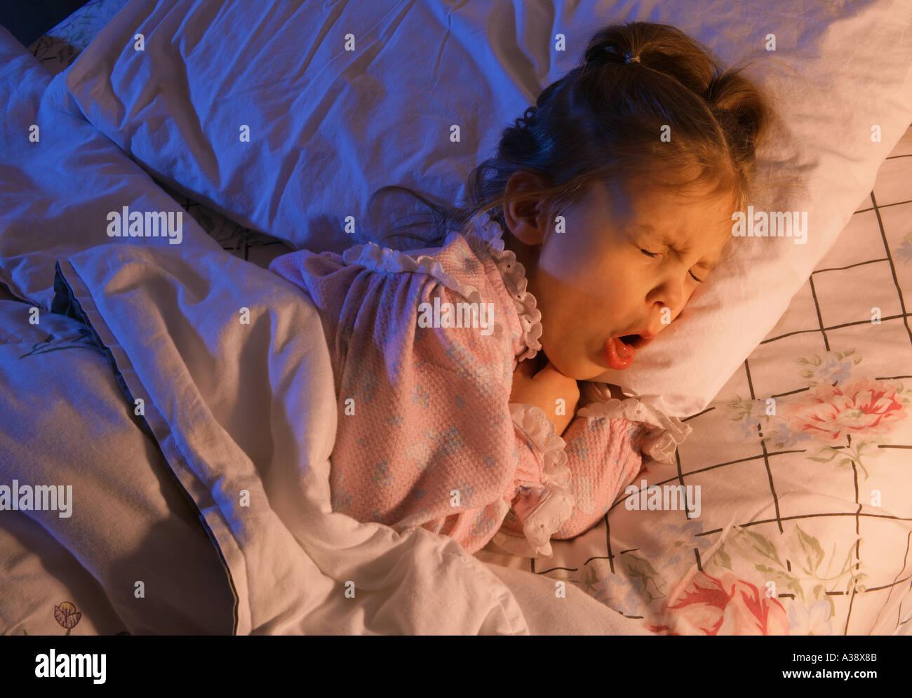 Krankes Kind im Bett Stockbild