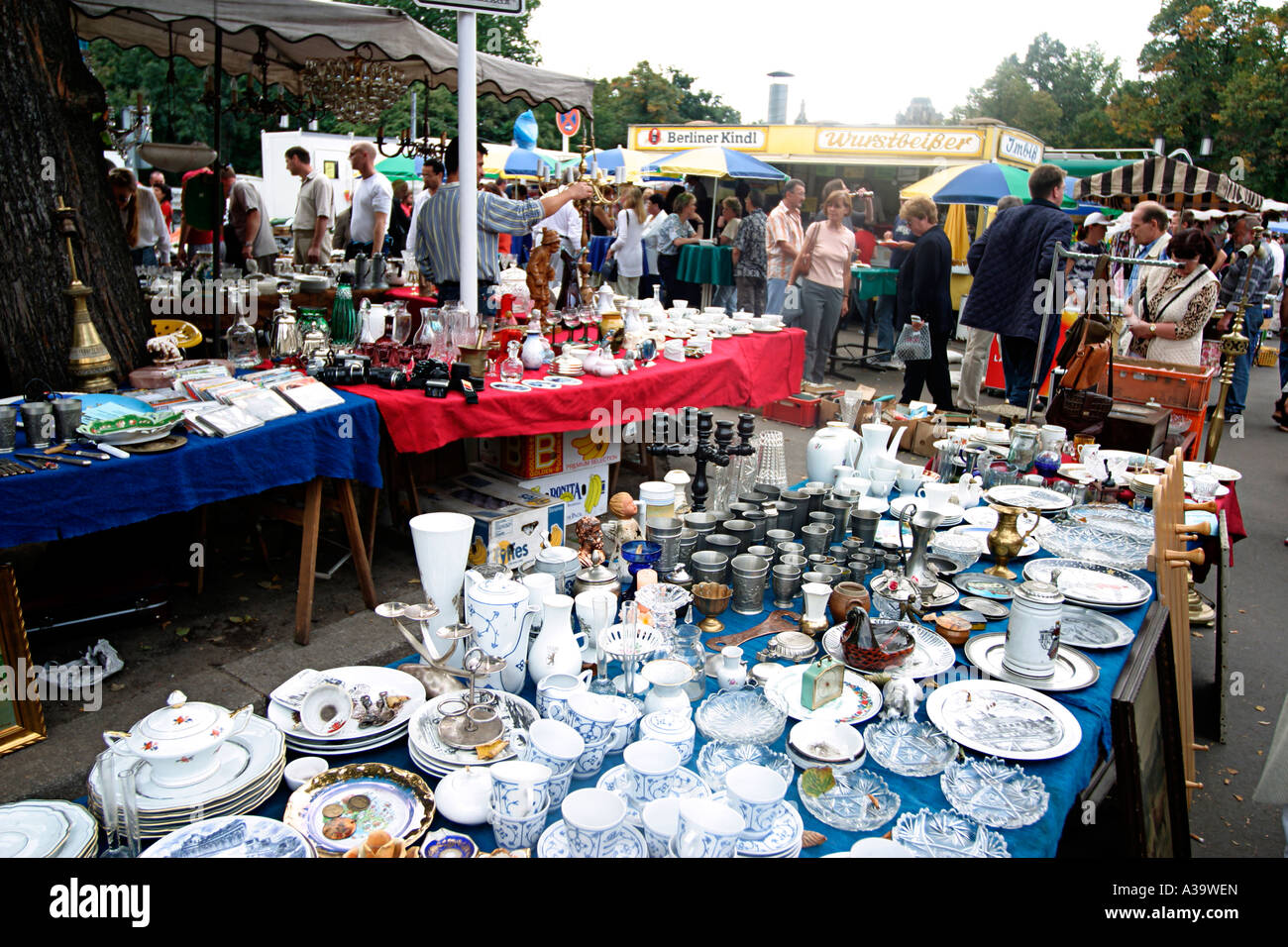 berlin tiergarten 17 juni flohmarkt flohmarkt stockfoto bild 10718012 alamy. Black Bedroom Furniture Sets. Home Design Ideas