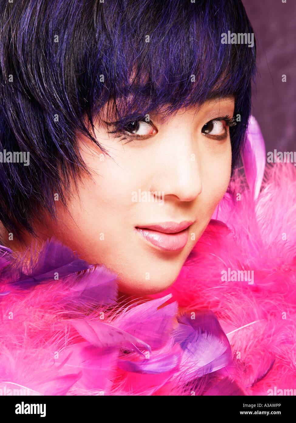Asiatischen ethnischen Modell Mädchen mit schwarzen und blauen trendigen Haarschnitt Blick in Kamera-Porträt Stockbild