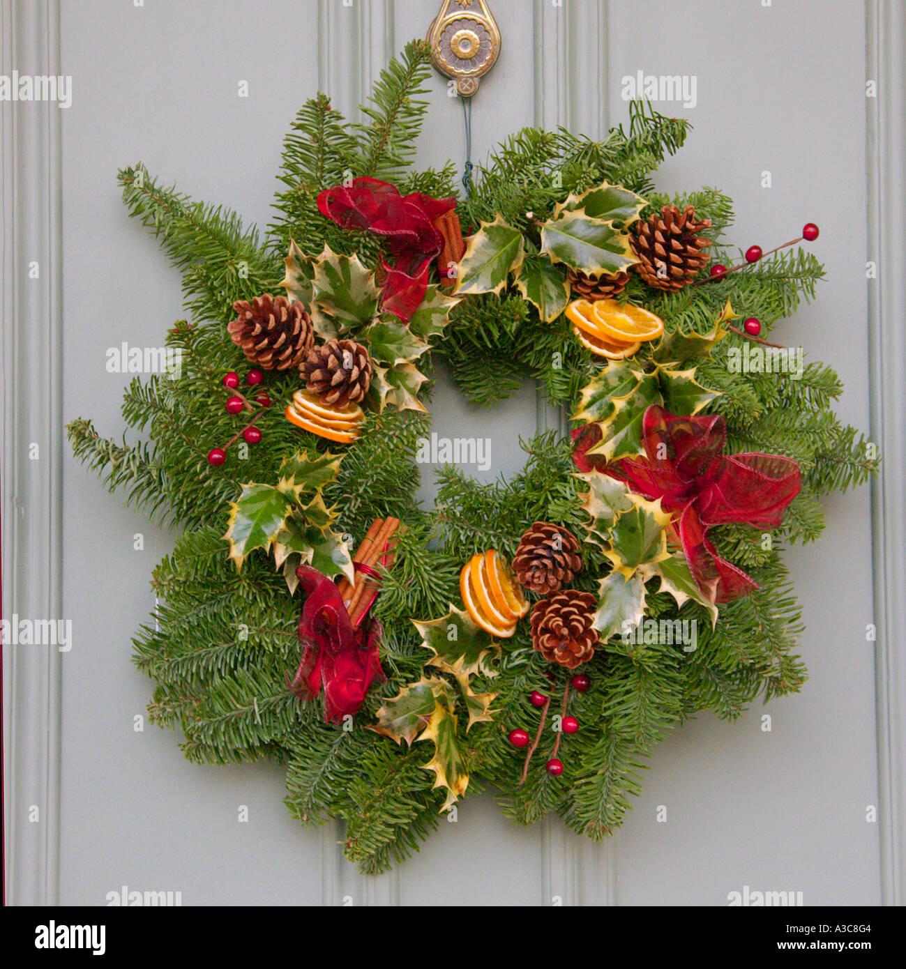 weihnachtskranz an grauen t r stockfoto bild 6137347 alamy. Black Bedroom Furniture Sets. Home Design Ideas