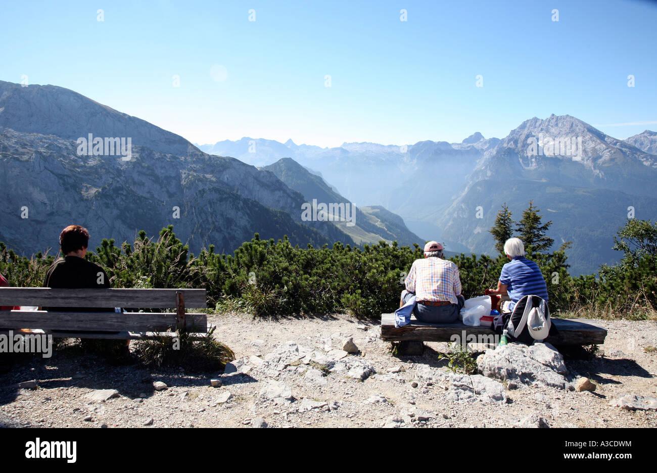 Wanderer nehmen eine pause in der oberbayerischen alpen in der n he von obersalzberg mountian in - Mobelladen in der nahe ...