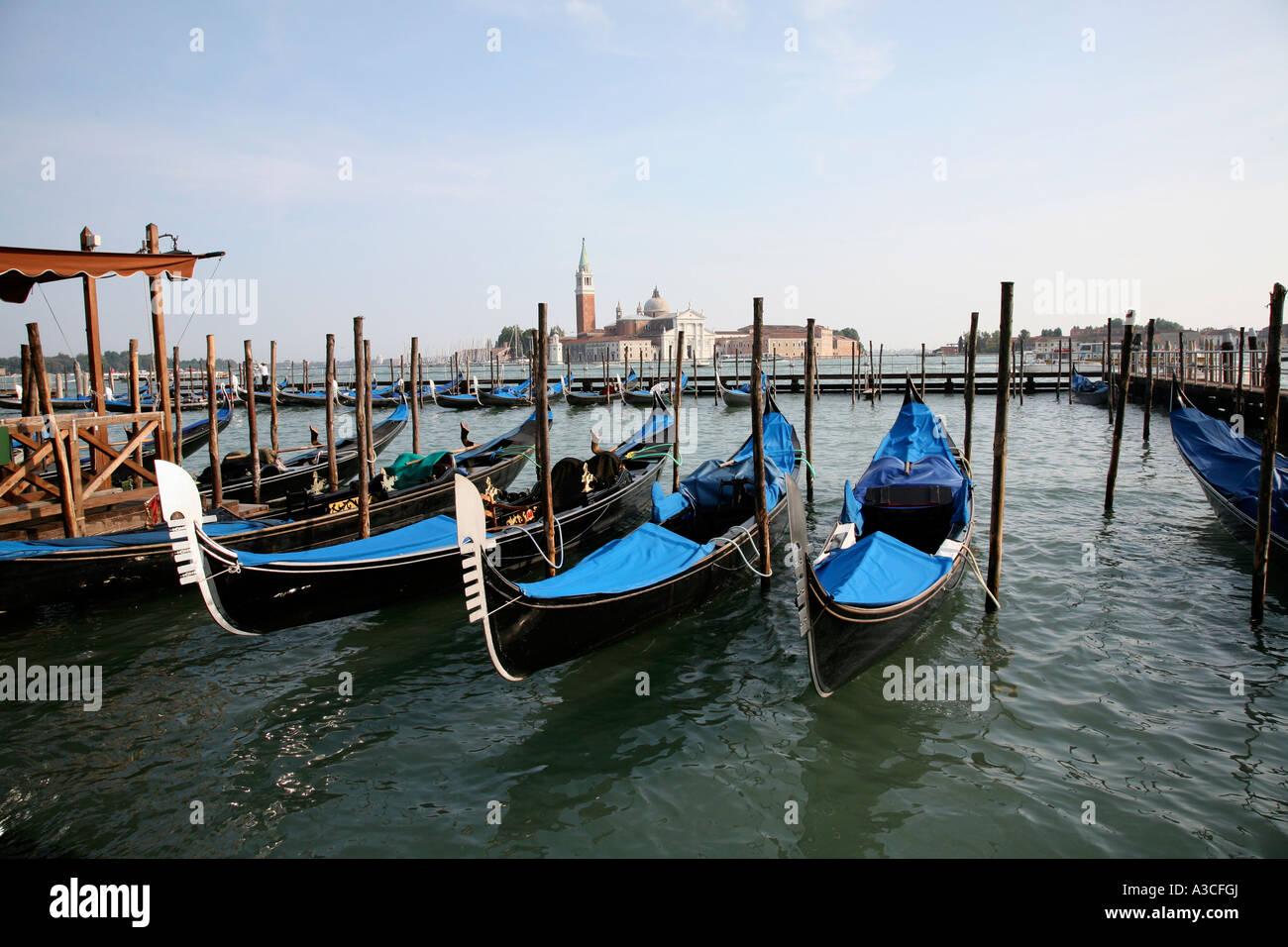 Venedig Italien San Giorgio Maggiore Kirche mit Gondeln im Vordergrund Stockbild