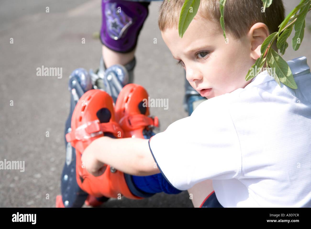 Junge auf rollerblades Stockbild