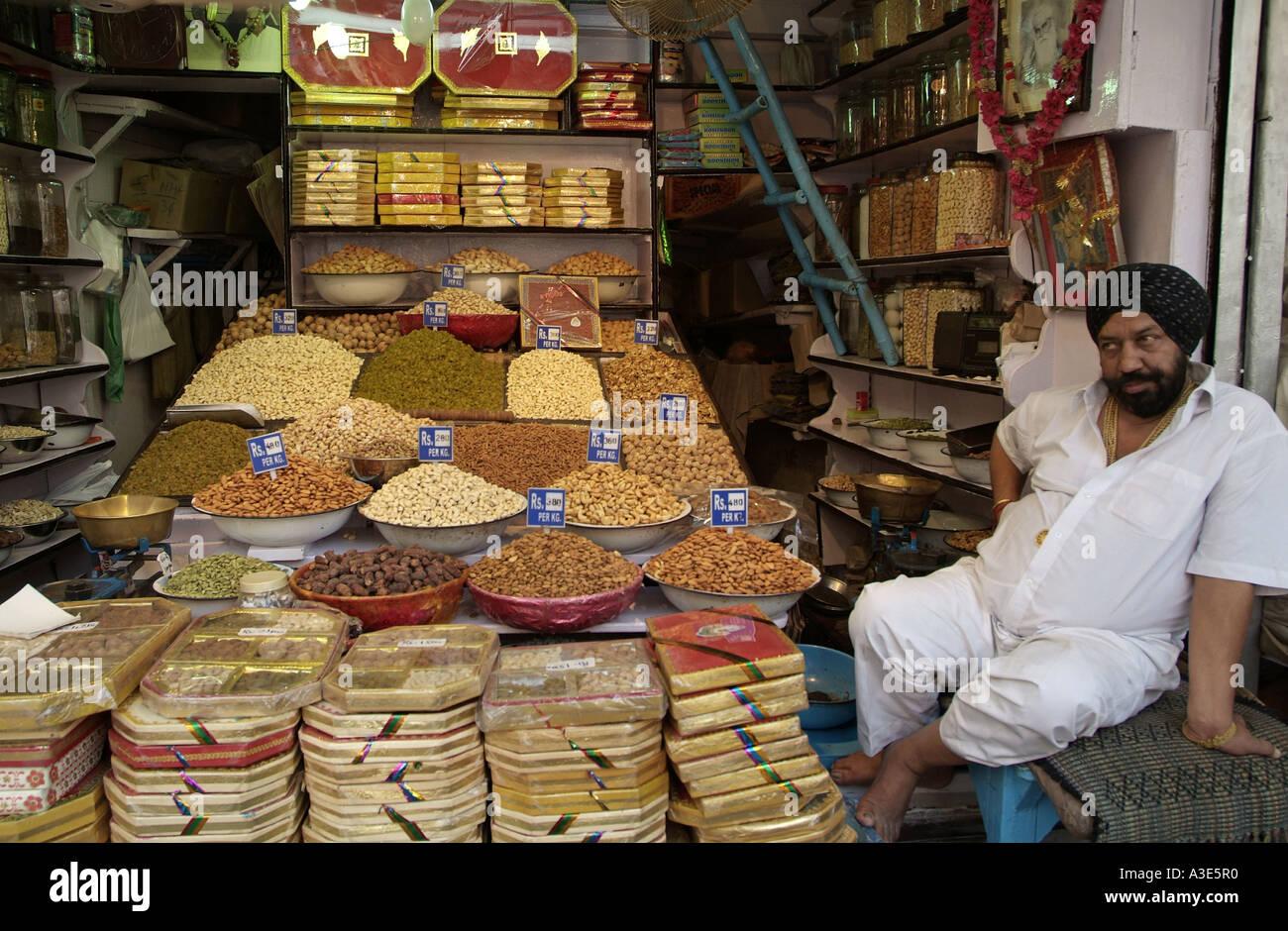 indische gew rze zum verkauf an khari baoli basar in old delhi in indien stockfoto bild. Black Bedroom Furniture Sets. Home Design Ideas