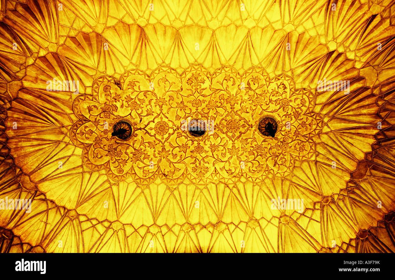 Niedrigen Winkel Blick auf eine reich verzierte Decke eines Denkmals, Safdarjung Grab, New Delhi, Indien Stockbild