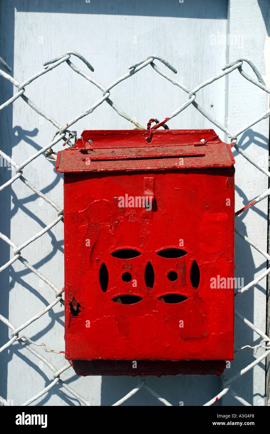 Eisen Postfach rote alte Wand grün Maschendraht Maschen Stacheldraht ...