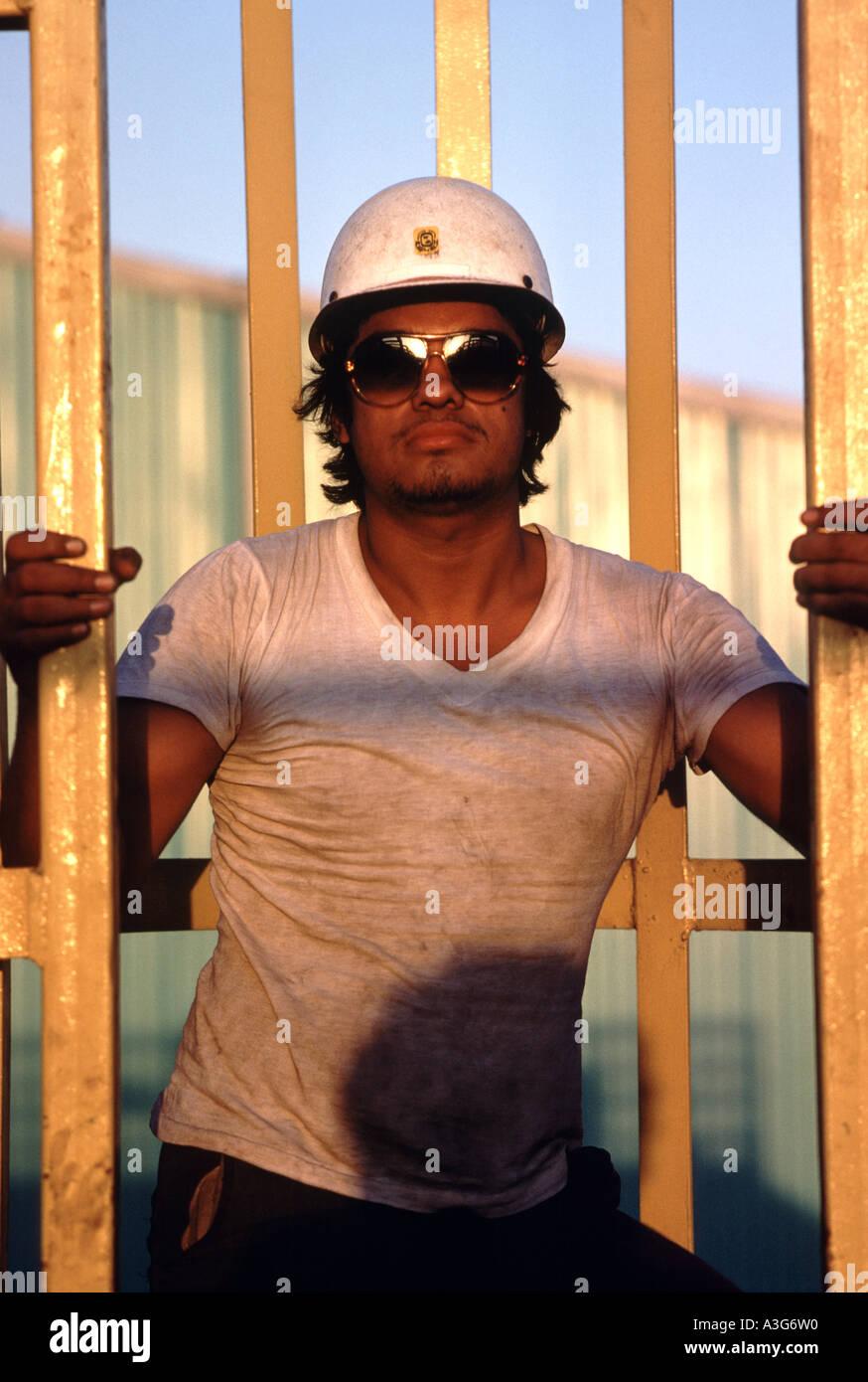 Manley Latino Bauarbeiter in einem weißen Schutzhelm und T-shirt ...
