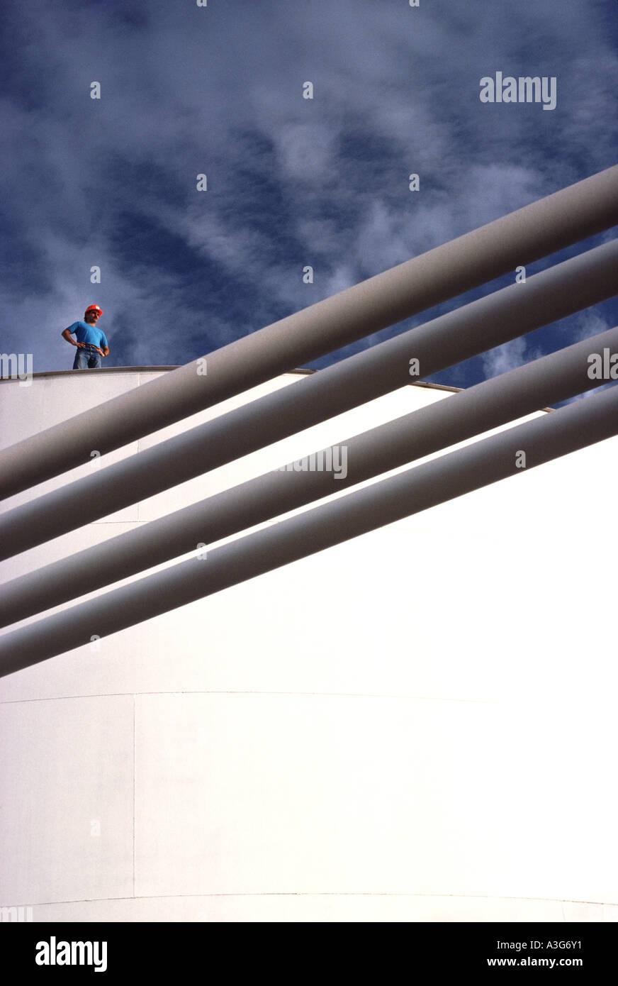 Dynamische Grafik eines bunt gekleidete Arbeiters Blick von seinem Aussichtspunkt auf eine große weiße Stockbild