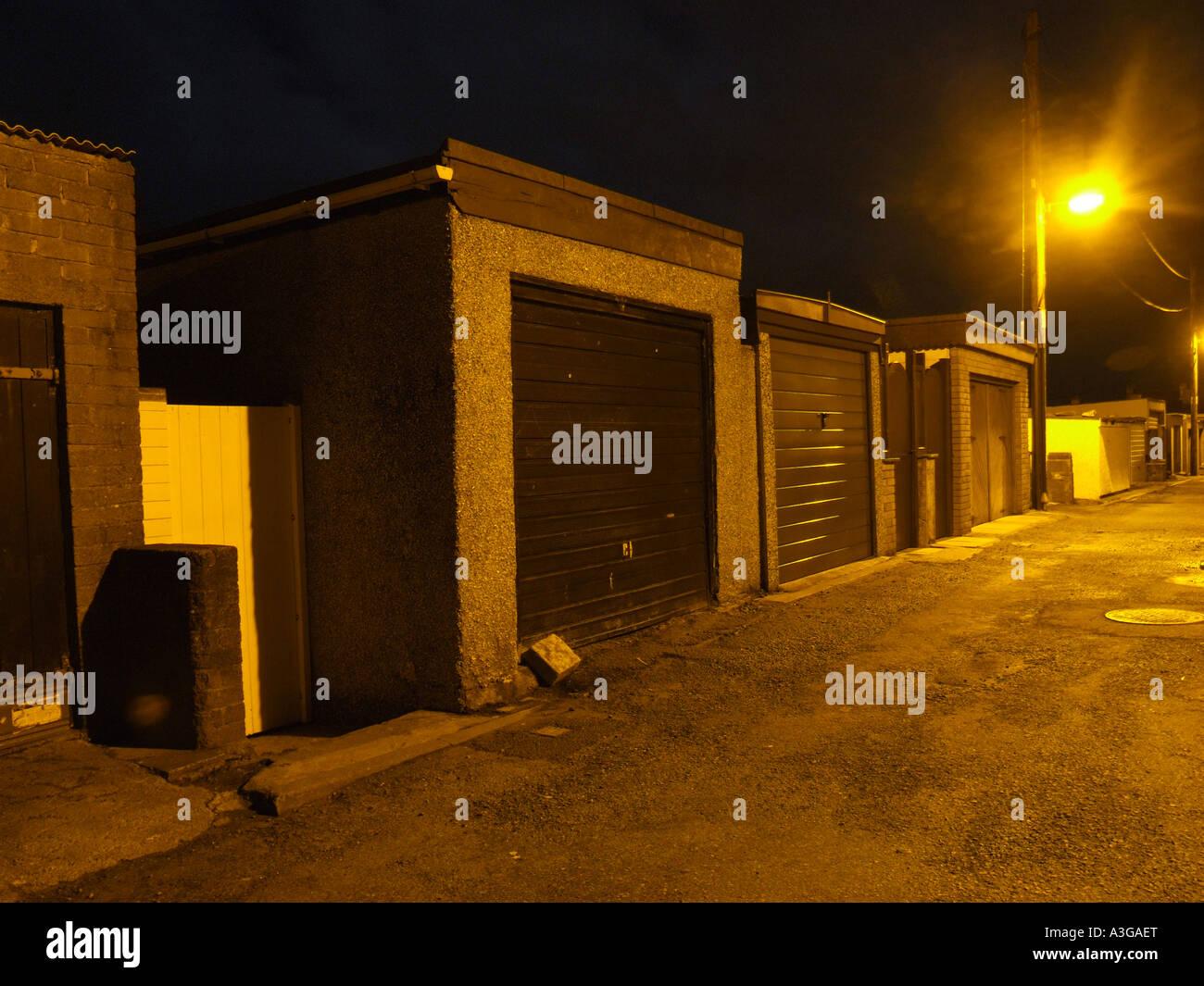 Eine Reihe Von Geschlossenen Wohn Garagen In Seitengasse Weg In Der Nacht