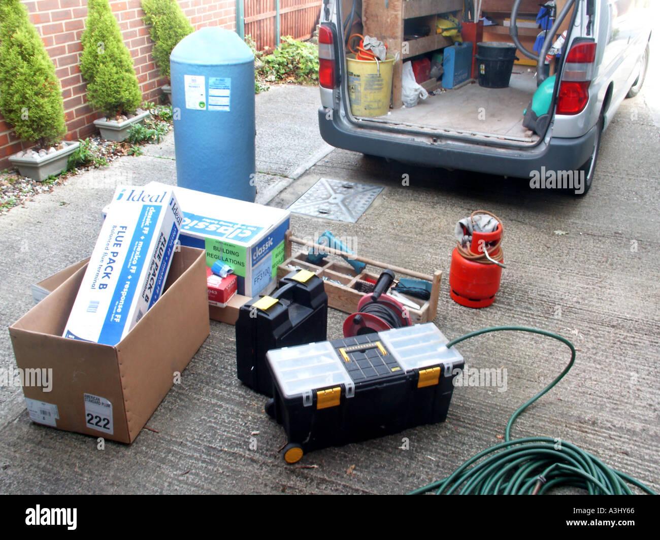 Klempner van auf Laufwerk des inländischen Wohnsitz mit Materialien ...