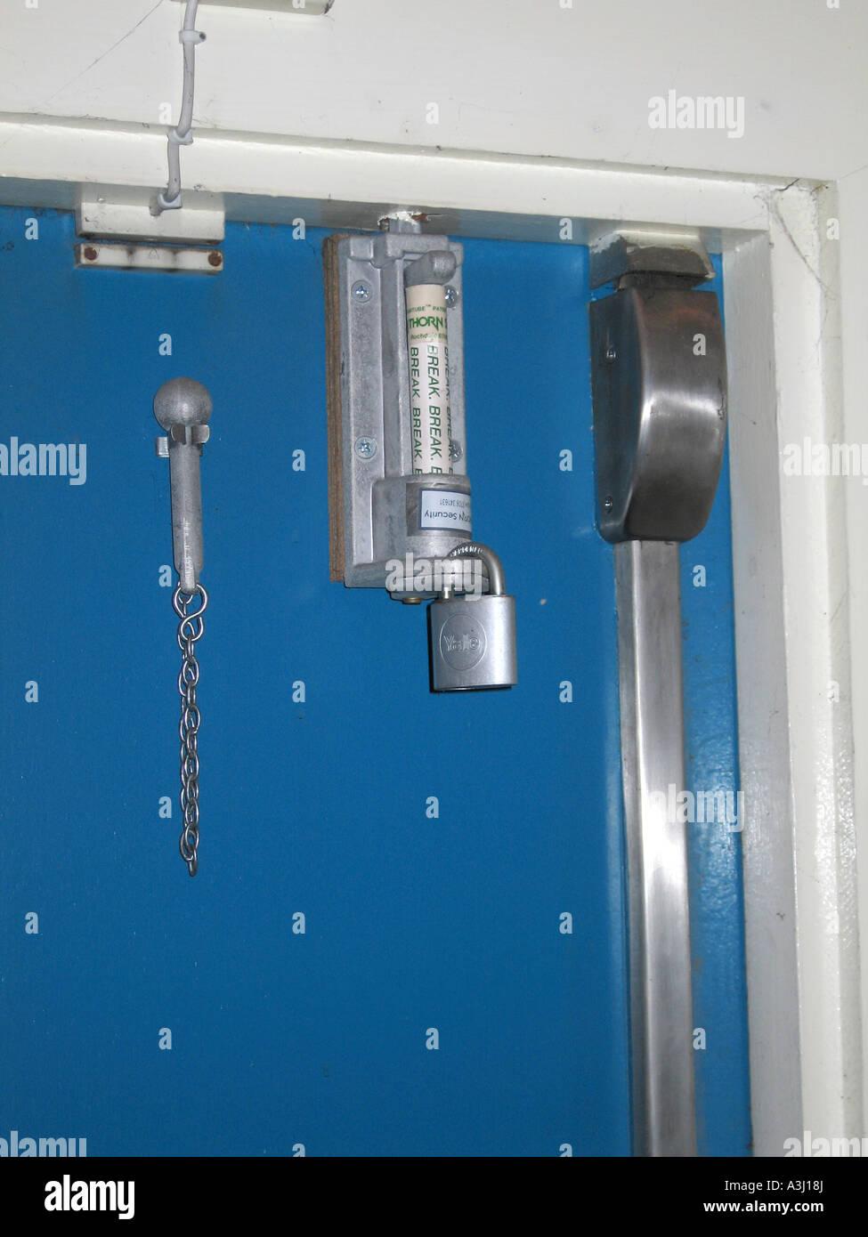 glas-sicherheitsriegel an feuerleiter tür stockfoto, bild: 10794545