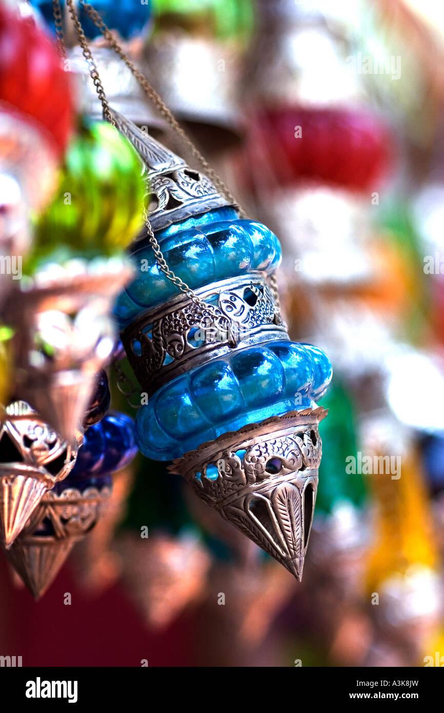 Buntes Glas und Silber Lampen hängen zum Verkauf an der Anjuna Hippiemarkt in Goa Indien Stockfoto