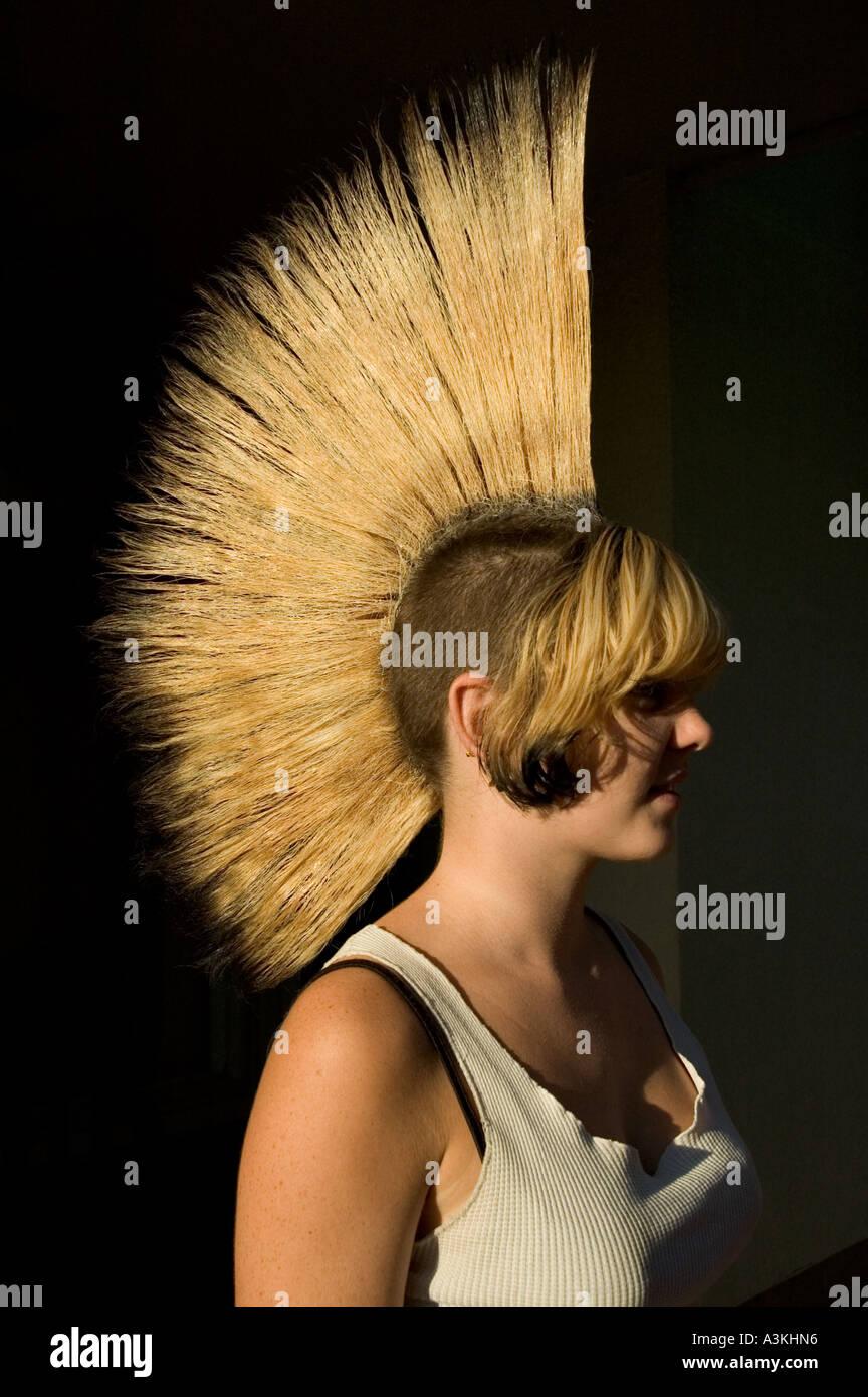 Punk Madchen Mit Blonden Mohawk Frisur Eugene Oregon Usa Stockfoto