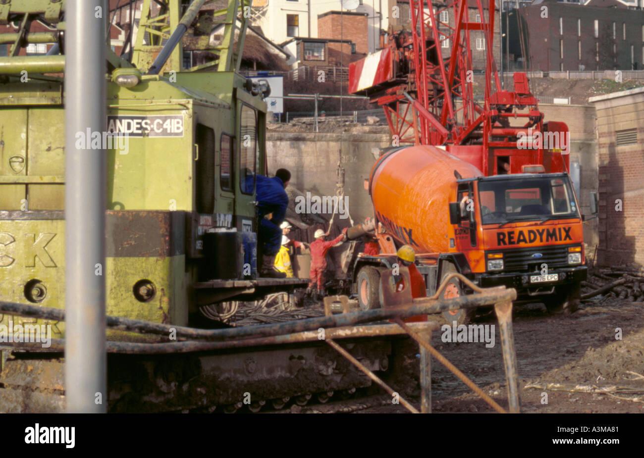 gießen beton aus einer fertigmischung lkw auf eine construction site