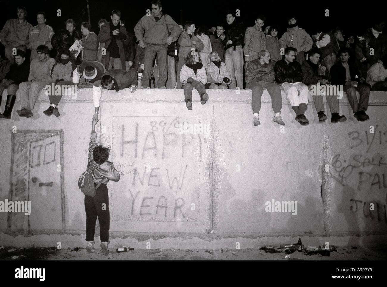 Europäische Geschichte. Silvester auf der historischen Berliner Mauer in West Berlin in Deutschland in Europa während des Kalten Krieges. Stockbild