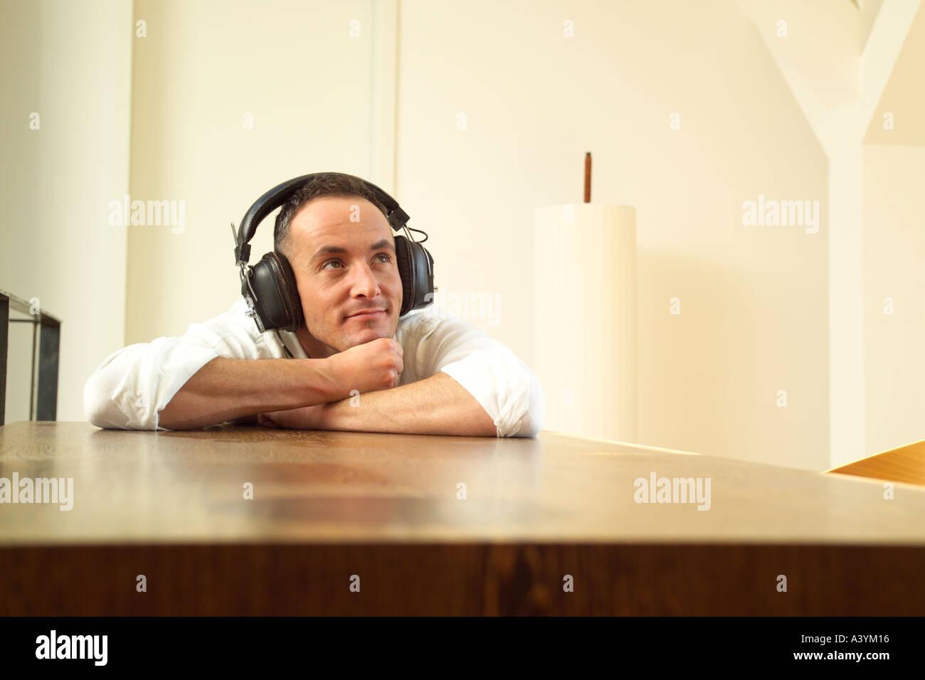 Man hört über Kopfhörer Musik Stockbild