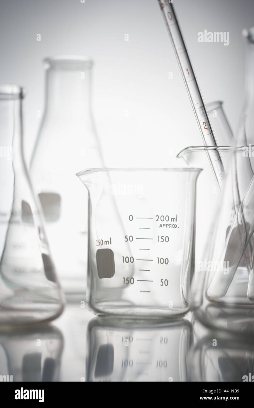 Stillleben mit Becher im Labor Stockbild