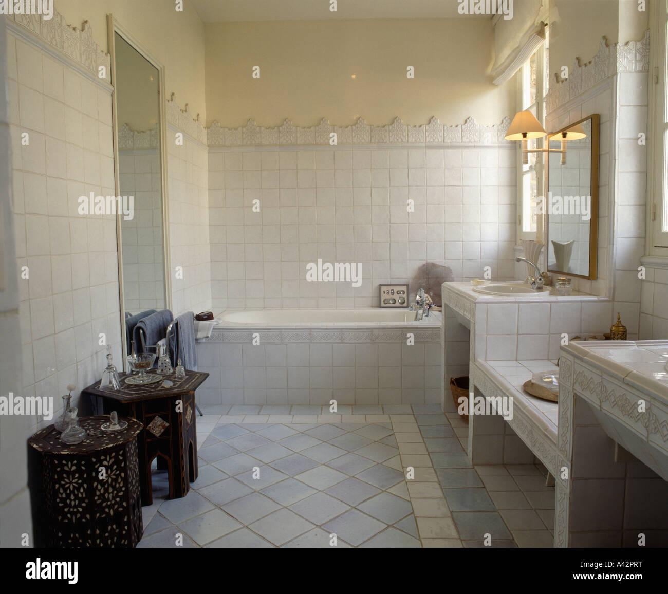Modernes Badezimmer Mit Blass Grau Gefliesten Boden Und Kleine