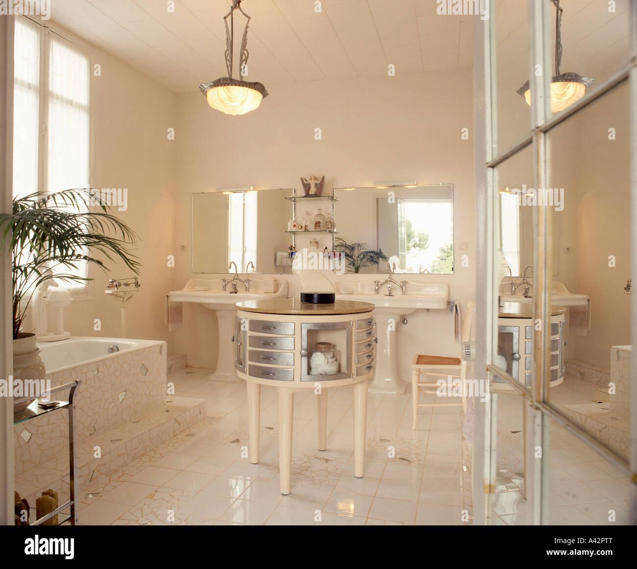 wei en art deco bad mit chrom und wei runden tisch und. Black Bedroom Furniture Sets. Home Design Ideas