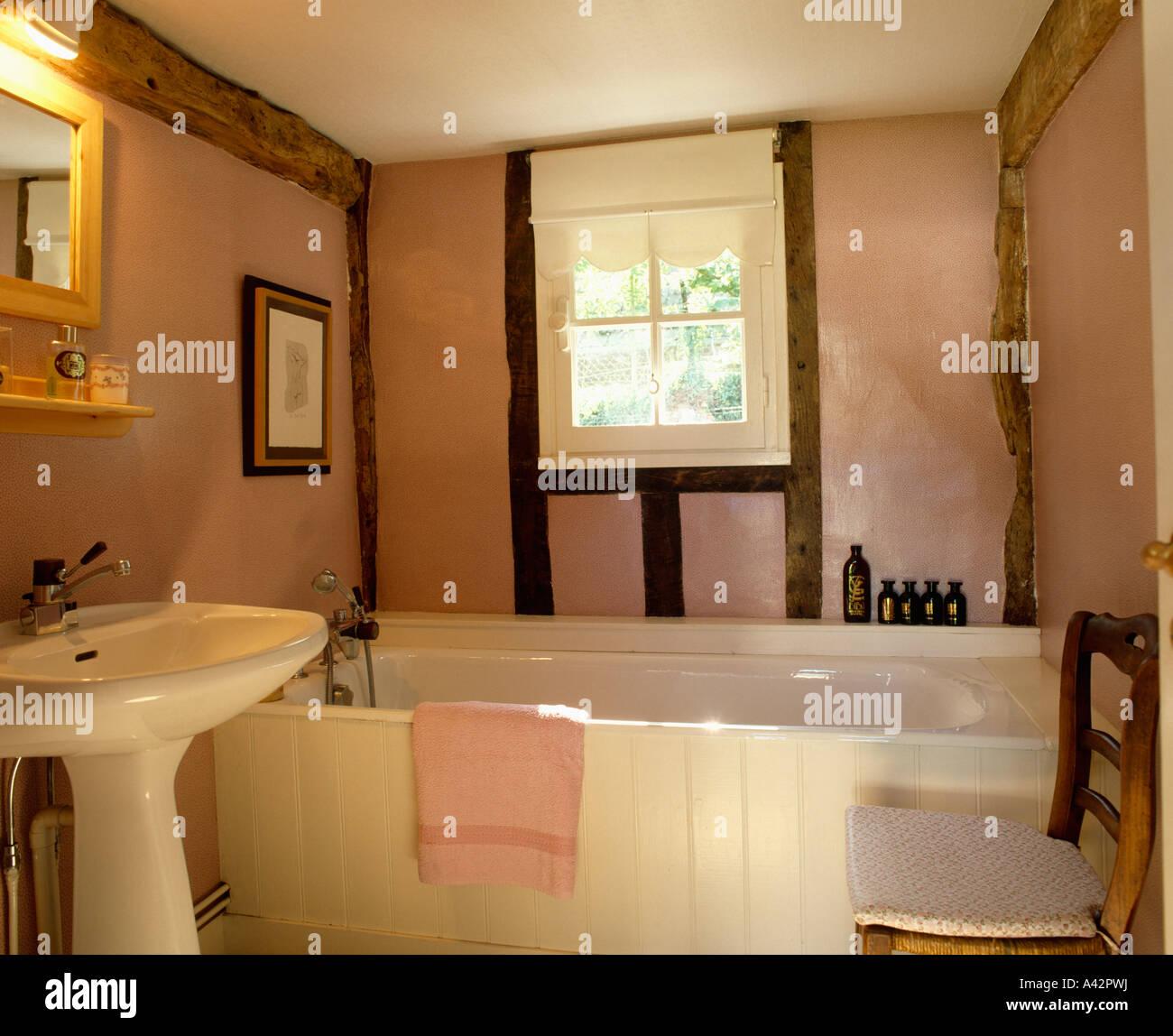 Rosa Landhaus Badezimmer mit mit Holzbalken Wänden und weißen ...