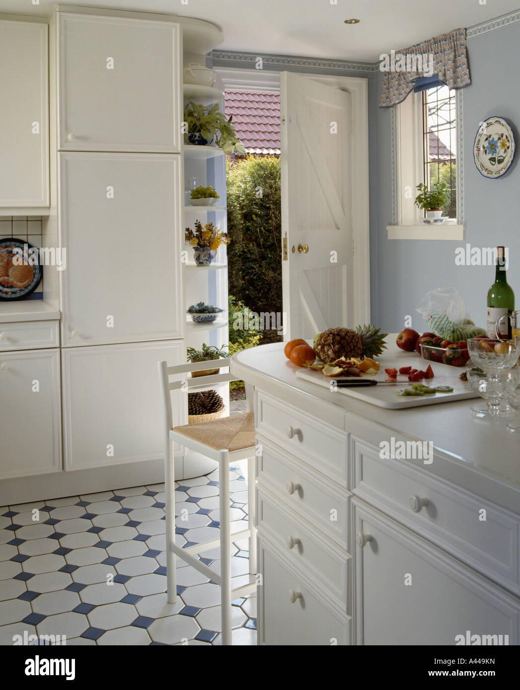 Traditionelle weiße Küche mit weißem Schachbrettmuster schwarz + ...