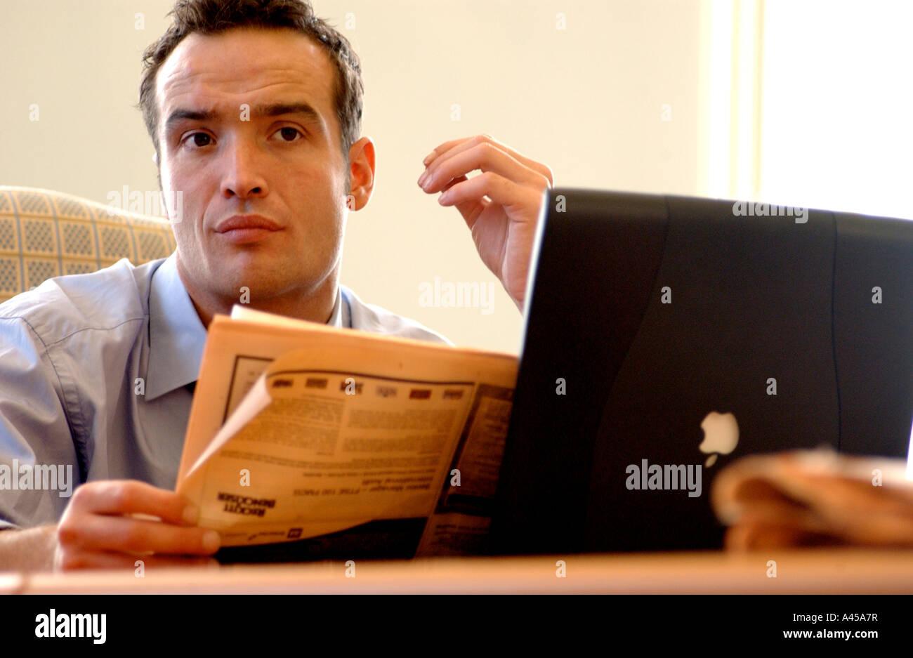 Lizenzfreie Kostenlose Foto Der Britische Geschaftsmann Lesen Financial Times In London Buro Mit Laptop Und In Einer Sitzung Uk Stockfotografie Alamy