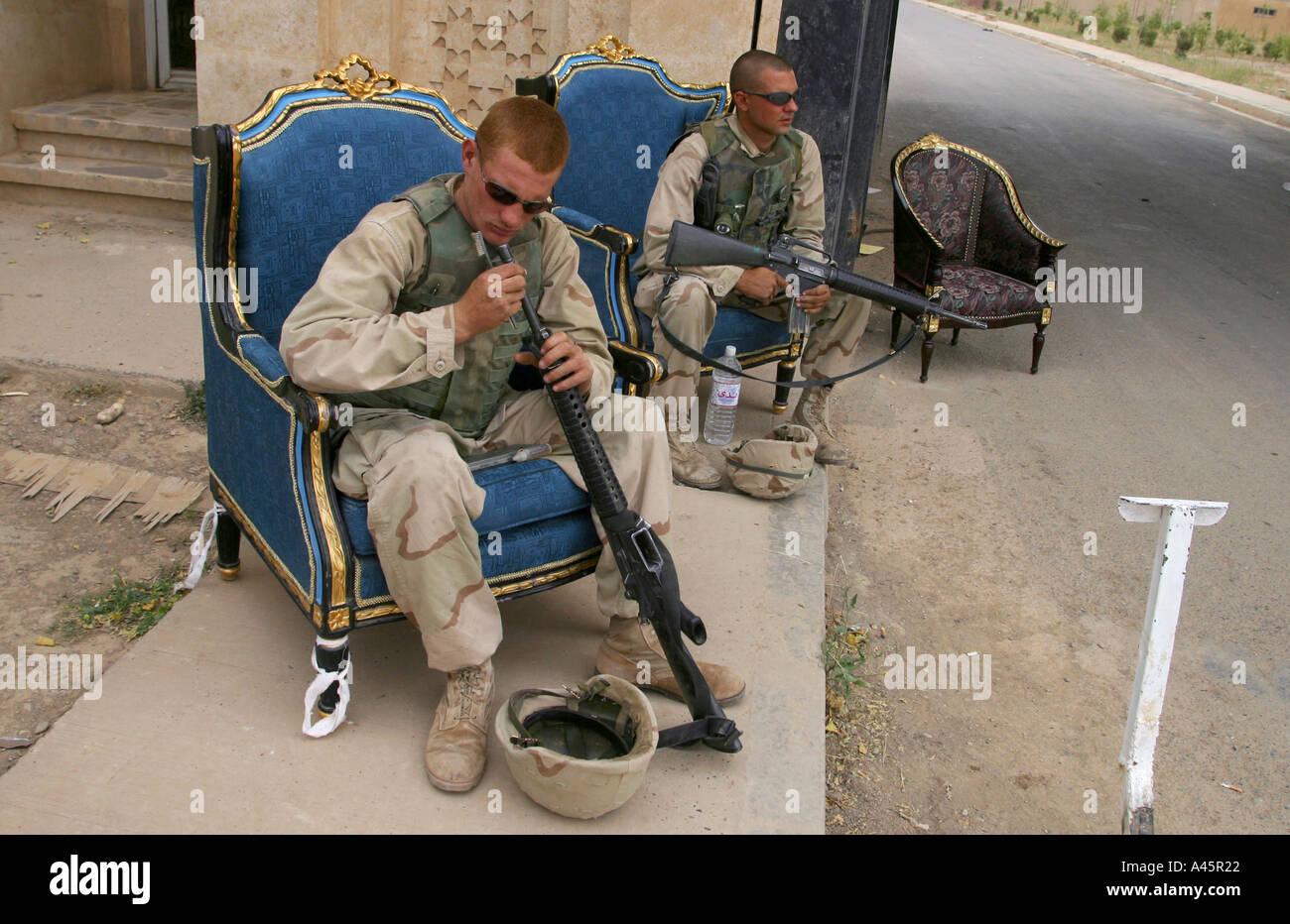 Us-Marines auf Wache vor den Toren von Saddam Hussein s Presidential Platz in seiner Heimatstadt Tikrit sitzen auf Stockfoto