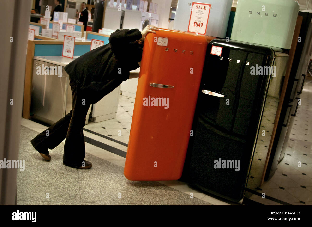 Smeg Kühlschrank Verkaufen : Eine shopper schaut in den kühlschrank im angebot der harrods