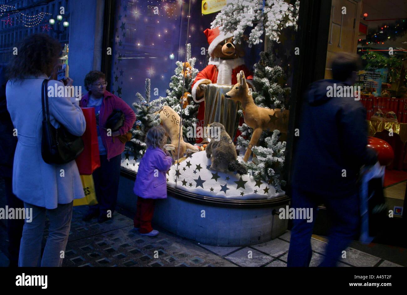 Christmas shopping in London ein Kind an Weihnachten ein Fenster am ...