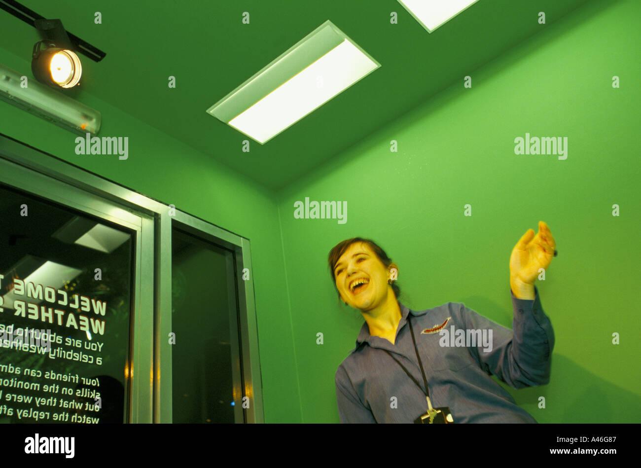 ein Besucher macht eine Wettervorhersage auf einem Videobildschirm nationalen Raum Leicester Vereinigtes Königreich Zentrum Stockbild