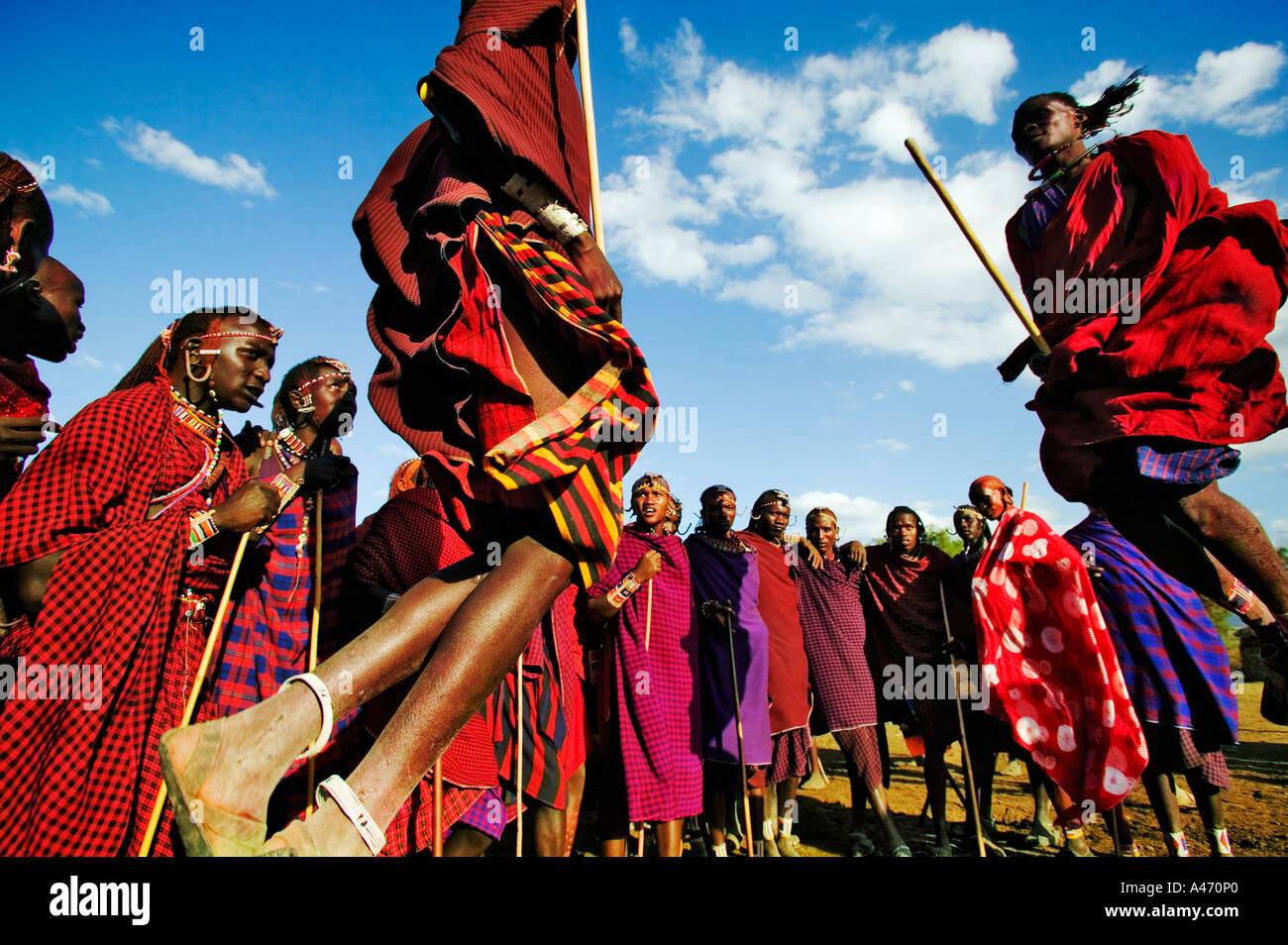Massai Krieger Springen Sprung In Die Luft Zu Demonstrieren Starke