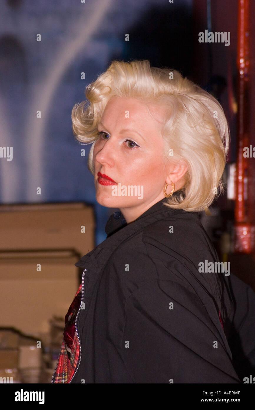 Madchen Mit Blonden 1950er Jahre Frisur Auf Rock N Roll Festival