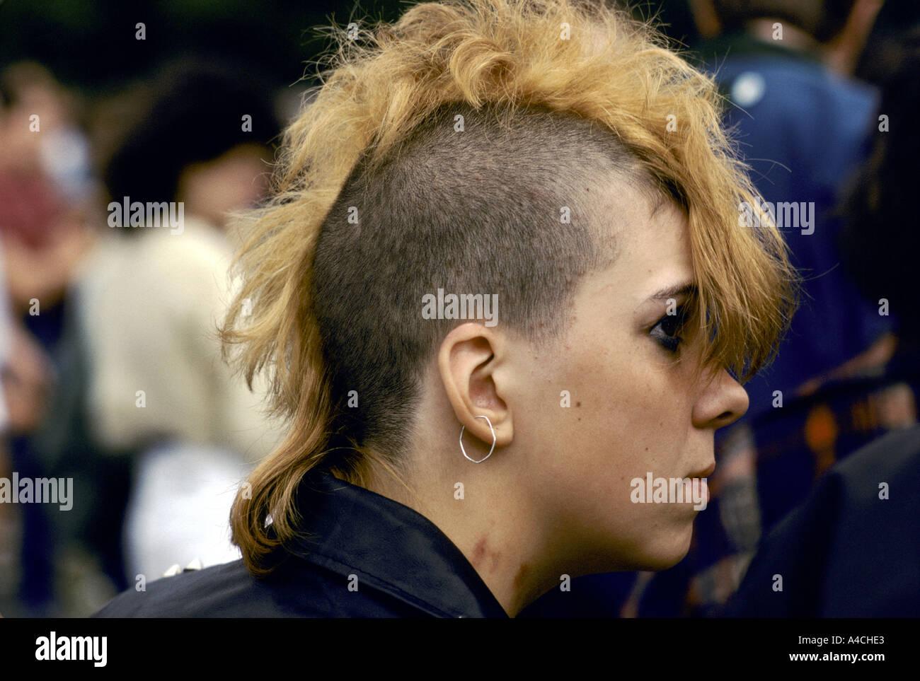 Punk Madchen Mit Einem Blonden Irokesenschnitt Frisur Notting Hill