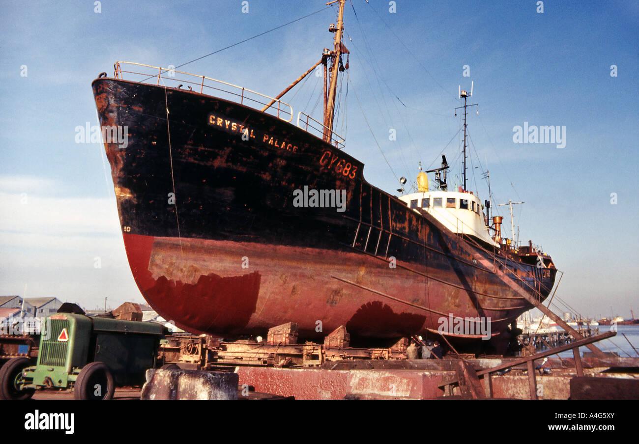 Alten Trawler aus Wasser auf Blöcke für Rumpf Inspektion und ...
