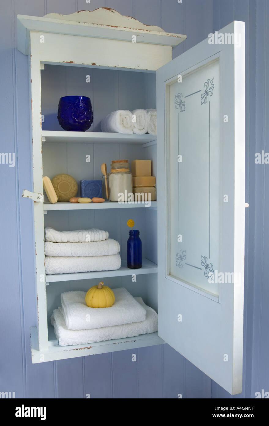 Vintage Badezimmerschrank Mit Milchglas Tur Und Toilettenartikel Wie