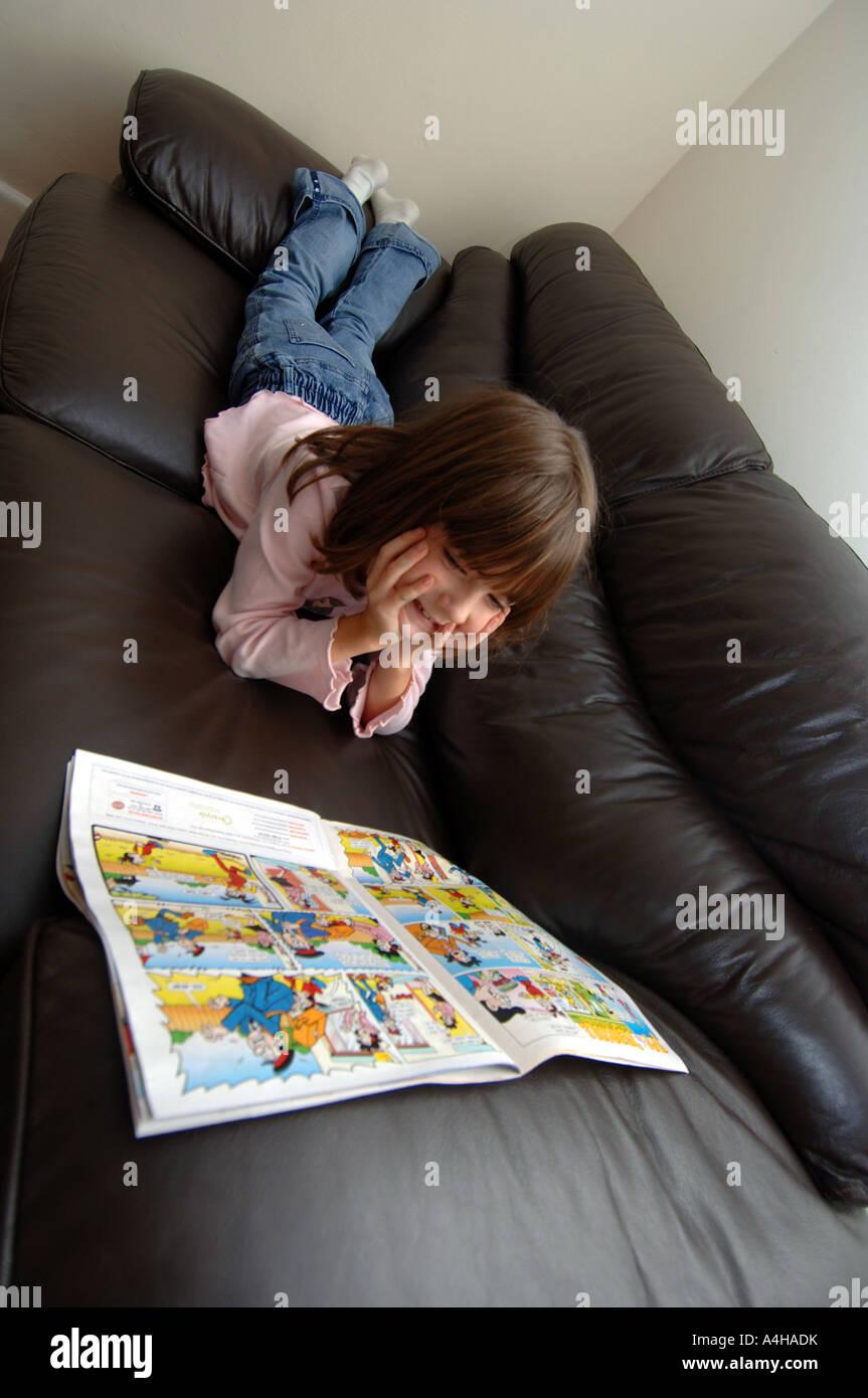 Comic, Mädchen lesen Comics, comics Stockbild